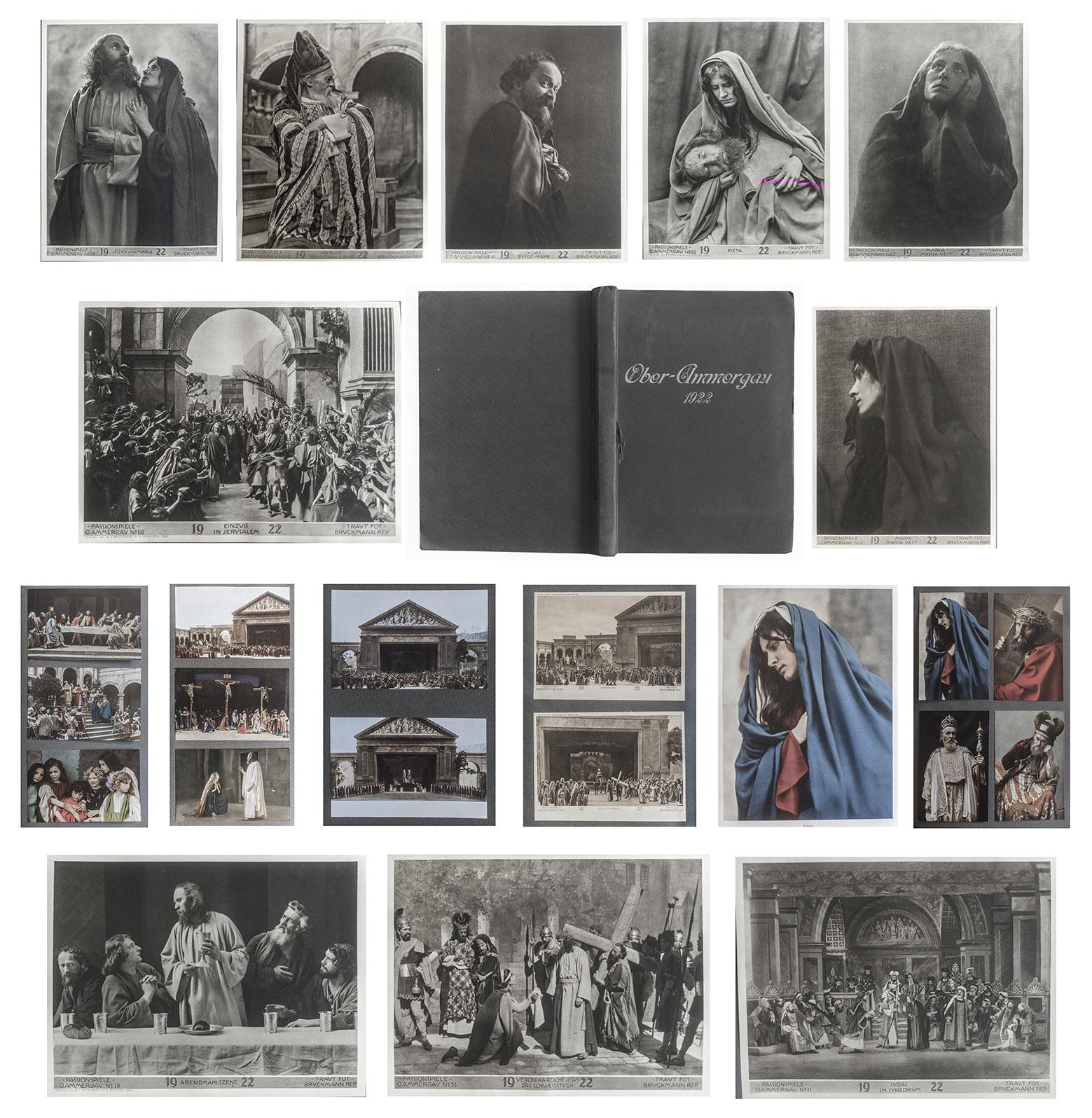 (Album von) Ober-Ammer-Gau 1922 mit 84 montierten Abbilldungen. Bildformate zwischen 18,2 x 24,0, 12,1 x 17,0, 8,7 x 14,1 cm.  51 montierte Fotografien in getontem Tiefdruck, 33 montierte Farbtafeln in Autotypie. Im Original Album, bestehend aus 26 Fotoka